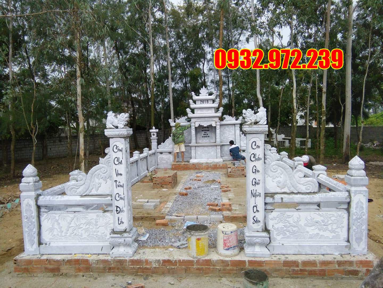 Khu lăng mộ đá đẹp đang được lắp đặt cho khách hàng.