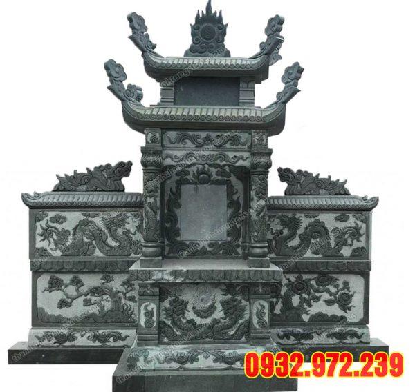 Lăng mộ đá xanh rêu có cánh được chạm khắc hoa văn tinh xảo.